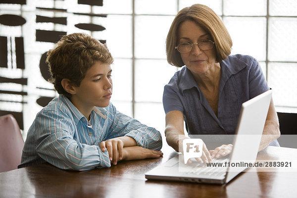 Frau und ihr Enkel mit einem Laptop