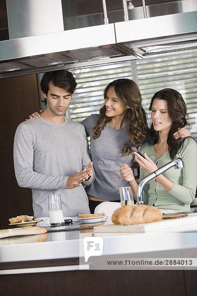 Drei Freunde beim Frühstück in der Küche