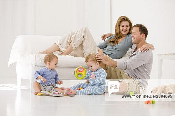 Eltern mit Sohn und Tochter im Wohnzimmer