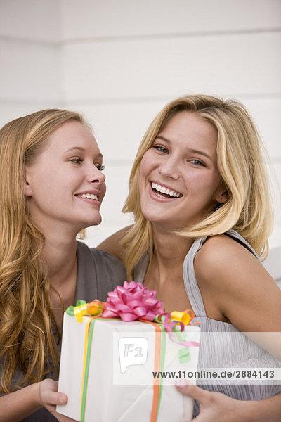 Frau schenkt ihrer Freundin ein Geschenk