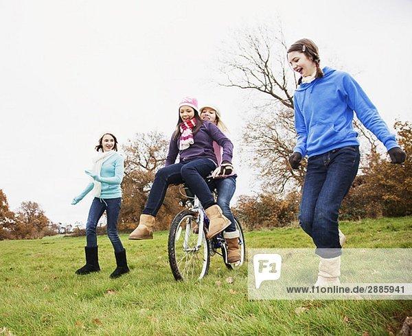 Freundschaft  fahren  rennen  Fahrrad  Rad  Mädchen  nebeneinander  neben  Seite an Seite
