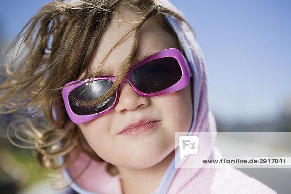 Portrait eines Mädchens mit Sonnebrille  Kapstadt  Südafrika