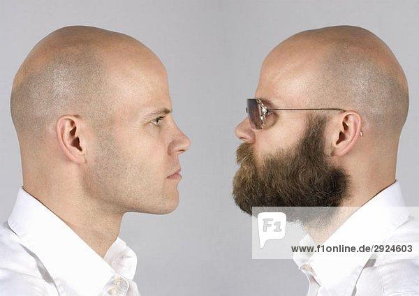 Eine digitale Komposition eines Mannes  der sich selbst ansieht.
