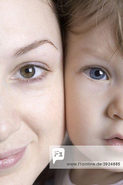 Porträt einer jungen Mutter und eines jungen Sohnes  extreme Nahaufnahme