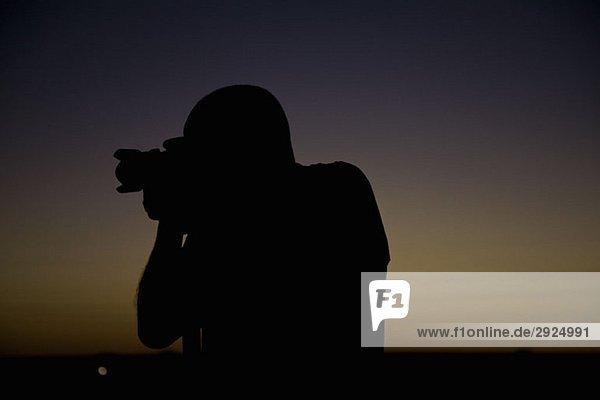 Silhouette eines Fotografen vor Sonnenuntergang