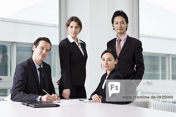 Porträt von drei Geschäftsleuten in einer Besprechung