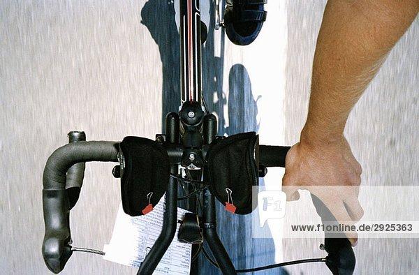 Hochwinkelansicht eines Radfahrers auf dem Fahrrad