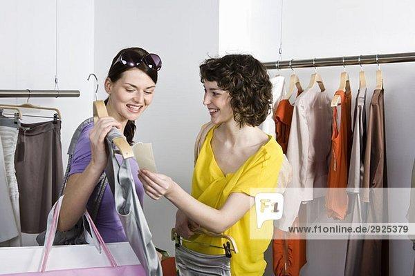 Zwei Freunde beim Einkaufen in einem Bekleidungsgeschäft