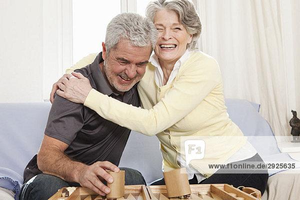Ein älterer Mann und eine ältere Frau  die Backgammon spielen.
