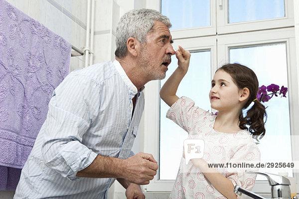 Ein junges Mädchen und ihr Großvater