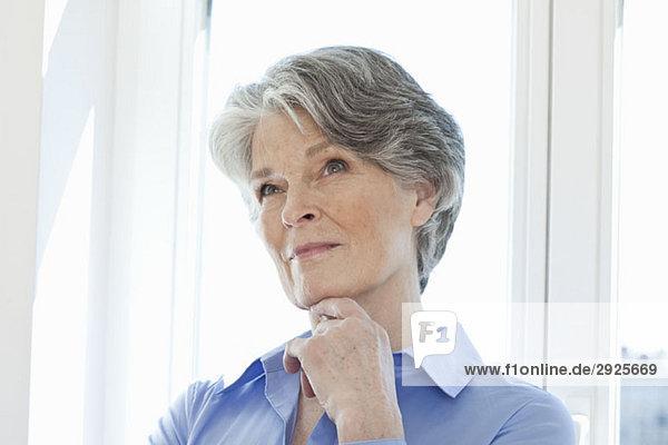 Eine ältere Frau denkt  Porträt