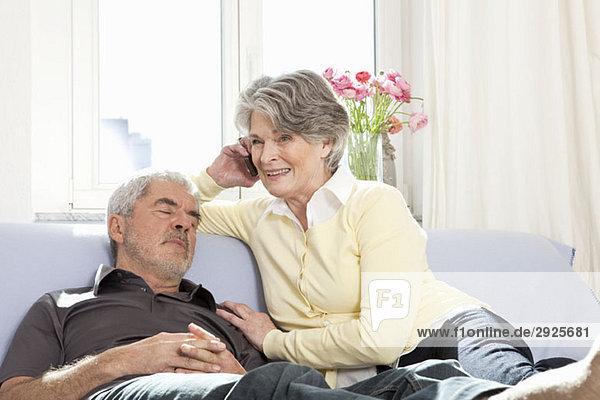 Ein älteres Paar auf einer Couch