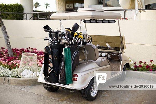 Golfwagen auf einem Parkplatz