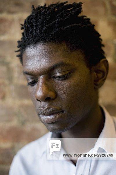 Porträt eines jungen Mannes mit Blick nach unten