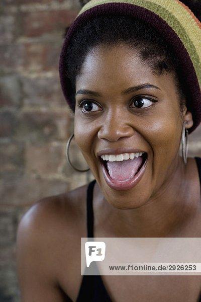 Porträt einer jungen Frau mit offenem Mund
