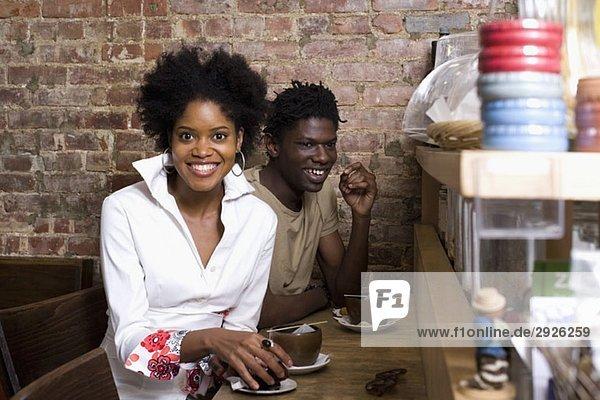Ein junges Paar  das zusammen in einem Café sitzt.