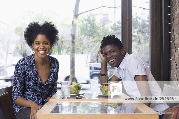Ein junges Paar in einem Restaurant zusammen