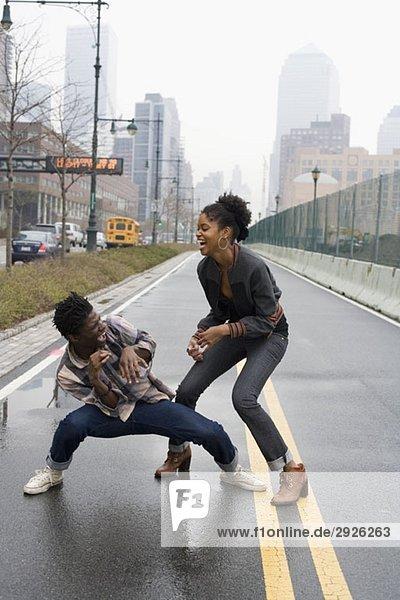 Ein junges Paar kämpft auf einer Straße  Manhattan  New York City