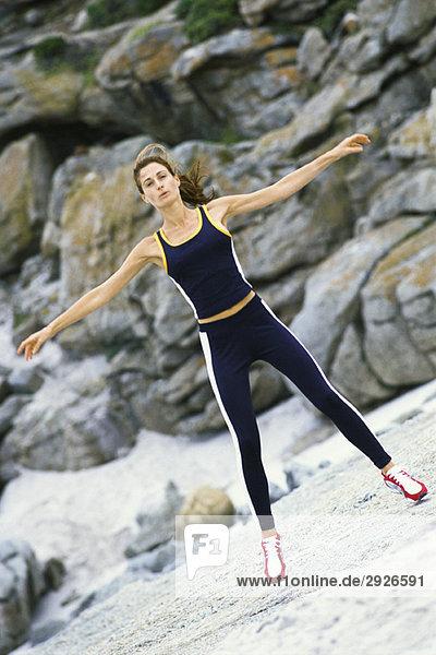 Junge Frau beim Springen im Freien