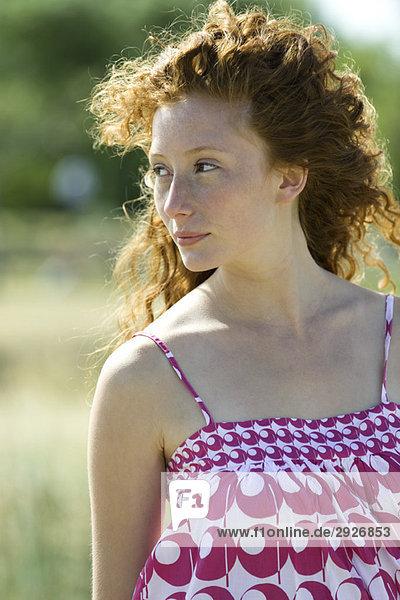 Junge rothaarige Frau im Freien  Haare blasen im Wind  Portrait