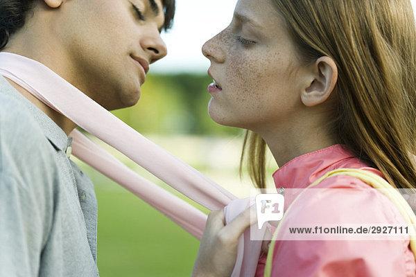 Junges Paar zum Küssen  Augen geschlossen  Seitenansicht