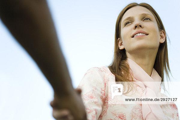 Junge Frau schüttelt die Hand des Mannes  abgeschnitten  flacher Blickwinkel