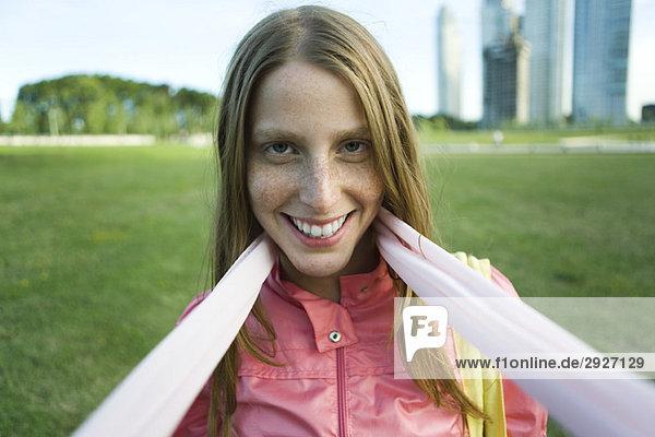 Junge Frau mit Schal  lächelnd vor der Kamera