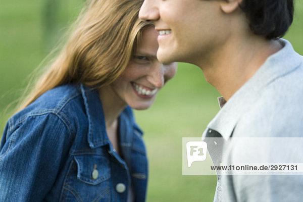 Junges Paar lachend  abgeschnitten