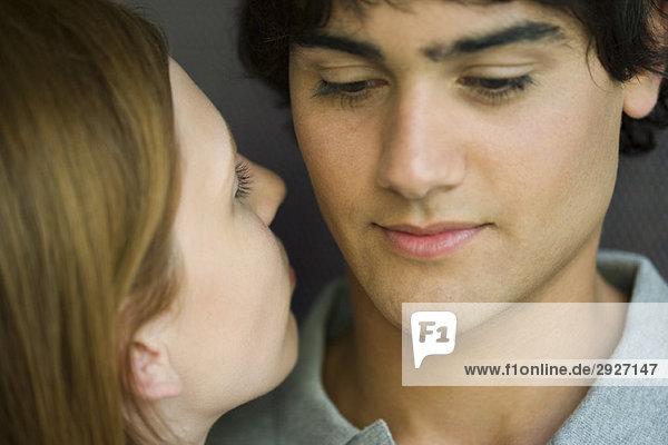 Junge Frau lehnt sich an den Kuss des Mannes  Nahaufnahme