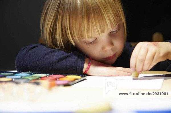 Mädchen malt ein Bild