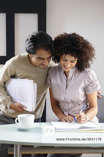 Mann und Frau im Bürocafé