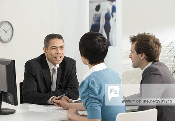 Ein Paar trifft sich mit einem Geschäftsführer