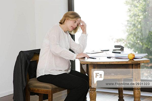 schwangere Frau  die im Home Office arbeitet