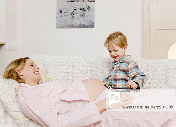 schwangere Frau und Junge lachend