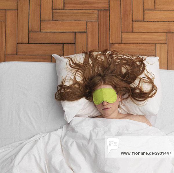 Schlafende Frau mit Augenmaske