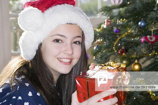 Mädchen  14 mit Weihnachtsgeschenk