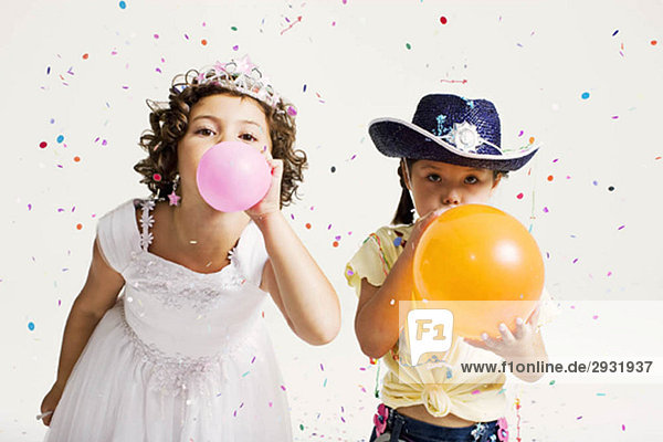 Partygirls blasen Luftballons