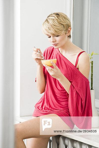 junge Frau Essen grapefruit