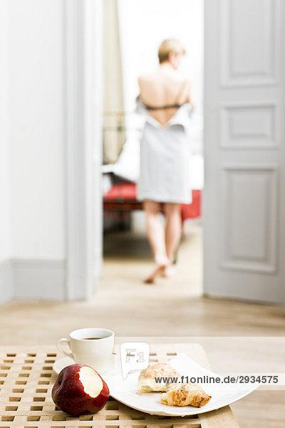 Frau Kleidung ausziehen
