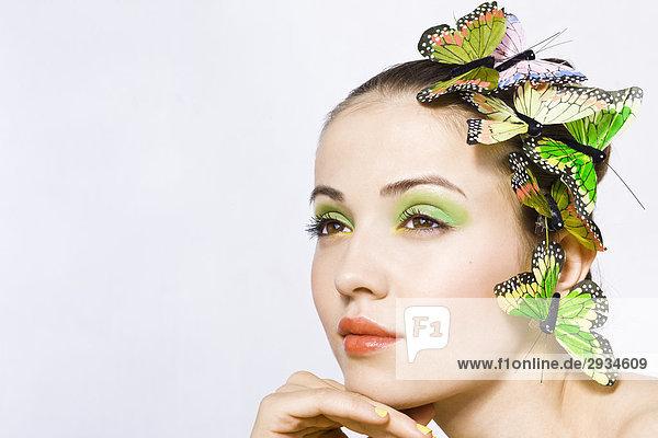 Frau mit Schmetterlinge auf Kopf