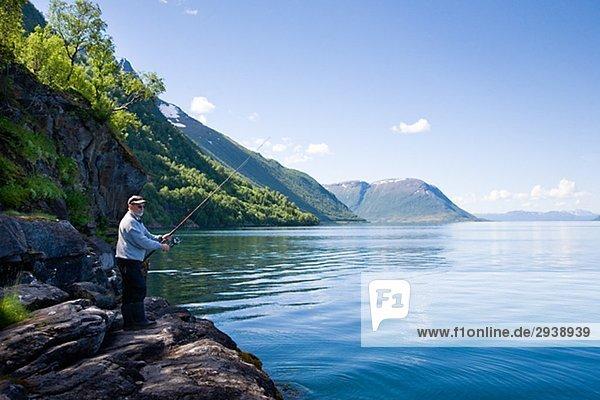 Angeln in den Fjord Norwegen Gratangen Mann.