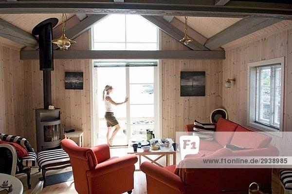 stehend Frau Fenster Zimmer Insel Lofoten Wohnzimmer