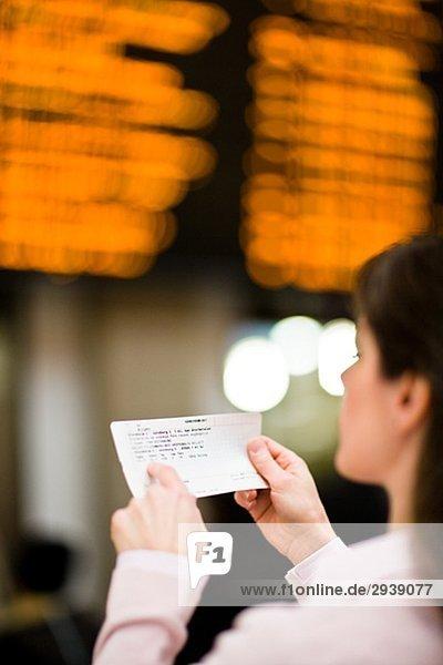Eine Frau an einem Bahnhof Schweden.