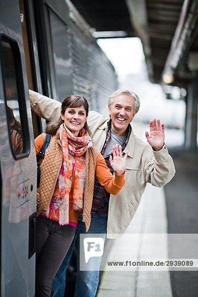 Ein paar mit einem Zug am Bahnhof Schweden.