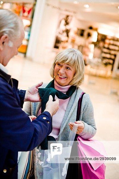 älteres Paar mit Einkaufstüten Stockholm Schweden.