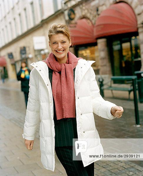 Eine Frau einen Spaziergang Schweden.