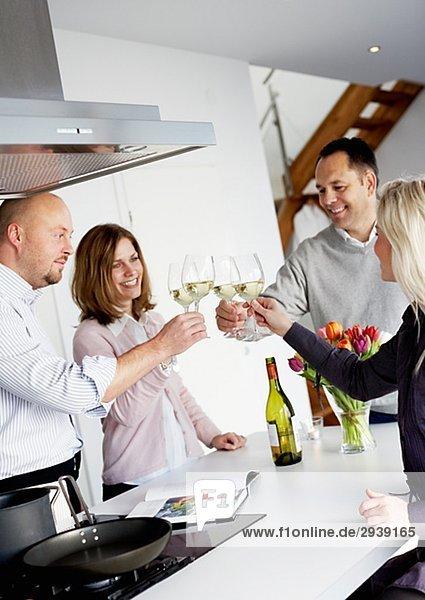 Zwei Paare mit Gläser Wein Schweden.