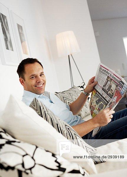 Mann lächeln Zeitung vorlesen