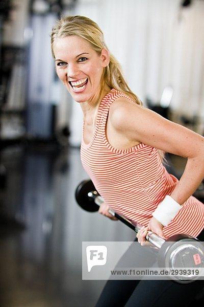 Eine Frau Gewicht-Training in einem Fitnessstudio Schweden.