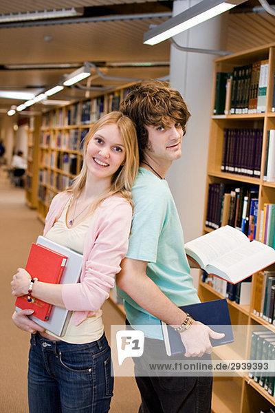 Zwei Studenten in einer Bibliothek Schweden.
